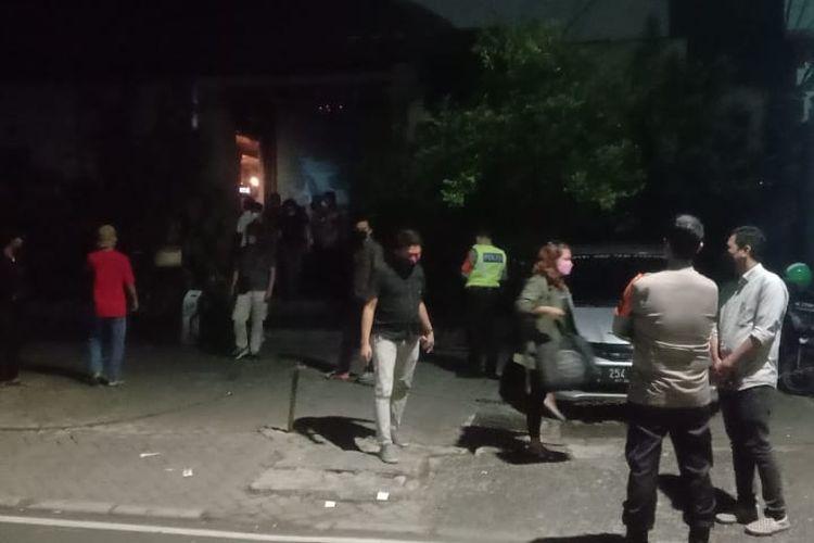 Petugas Polres Metro Jakarta Pusat membubarkan kerumunan masyarakat di tempat hiburan yang berada di kawasan Cikini, Jakarta Pusat. Informasi ini disampaikan akun Twitter @TMCPoldaMetro, Selasa (28/9/2021) dini hari.
