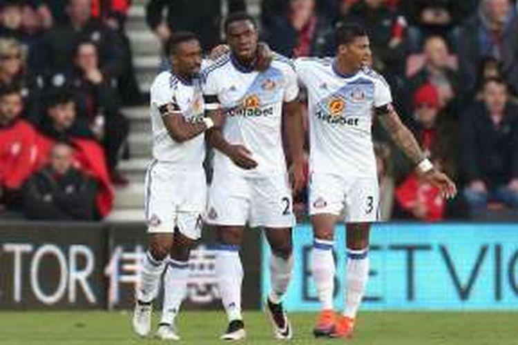 Jermain Defoe, Victor Anichebe, dan Patrick van Aanholt merayakan gol Sunderland ke gawang Bournemouth pada laga pekan ke-11 Premier League, Sabtu (5/11/2016).