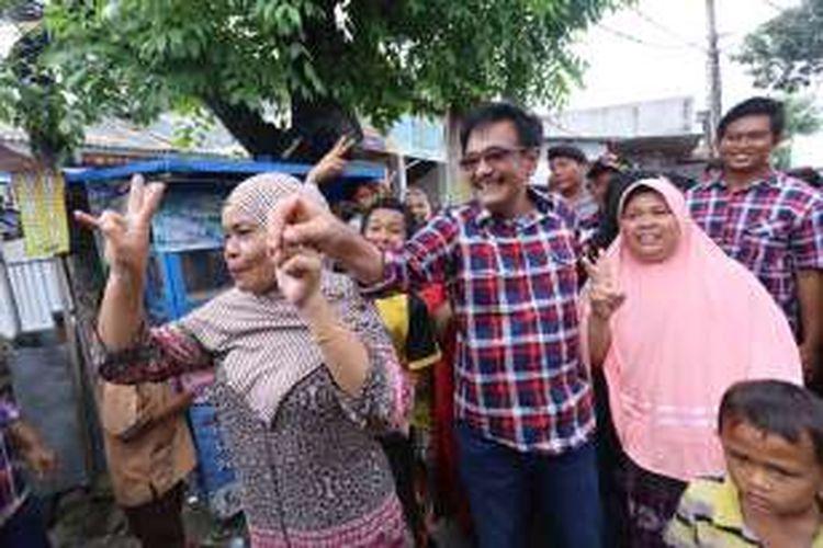 Calon wakil gubernur DKI Jakarta nomor urut 2, Djarot Saiful Hidayat saat kampanye di Kalideres, Jakarta Barat. Rabu ( 07/12/2016). Djarot berdiskusi mengenai banjir dengan warga setempat.