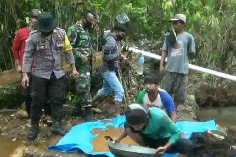 Kawasan pendulangan emas yang ditemukan warga di Desa Popalia Kecamatan Tanggetada Kolaka pada satu bulan lalu. Saat ini wilayah itu jadi rebutan warga untuk mendulang dengan mengharapkan dapat emas dalam bentuk serbu. Nampak warga sedang medulang dengan wadah sebuah wajan.