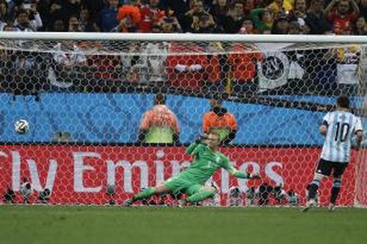 Kiper Belanda, Jasper Cillessen, gagal mengantisipasi tembakan penyerang Argentina, Lionel Messi, pada babak adu penalti, semifinal Piala Dunia, di Arena Corinthians, Sao Paulo, Rabu (/7/2014).