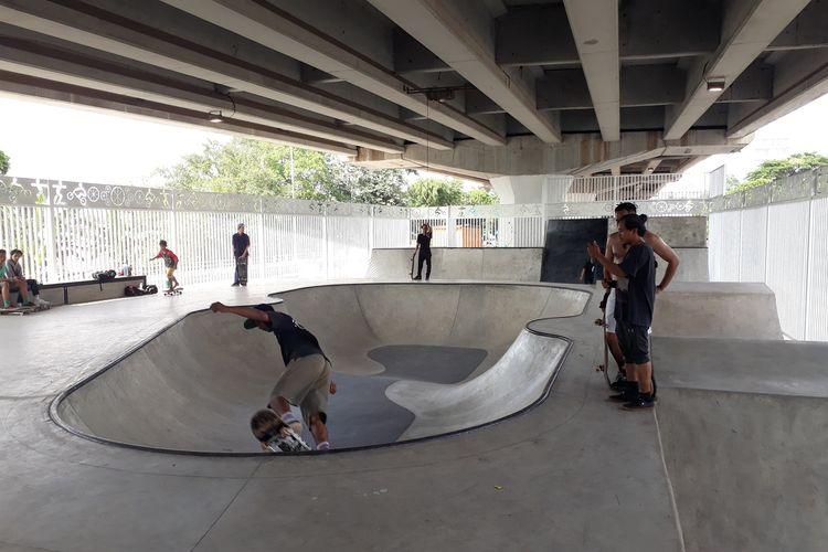 Tampak skaters tengah bermain skateboard di Skatepark kolong Flyover Pasar Rebo, Jalan Raya Bogor, Jakarta Timur, Rabu (15/1/2020).
