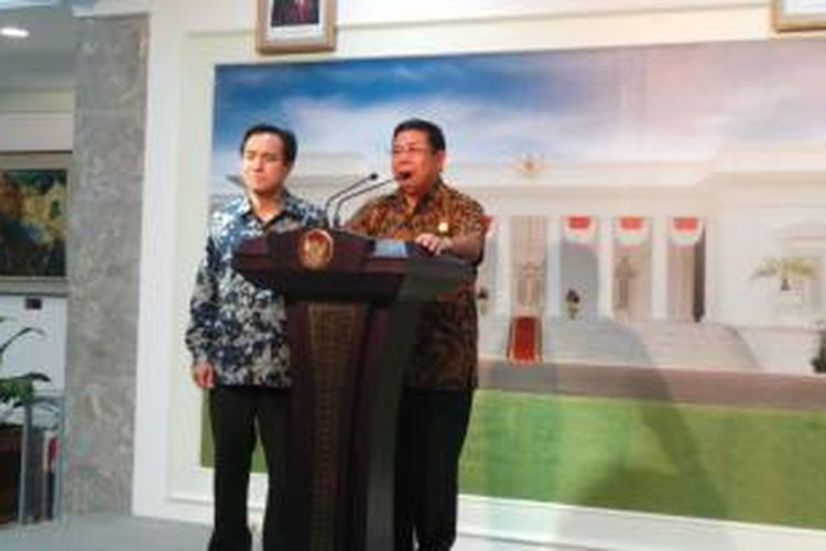 Mensesneg Sudi Silalahi bersama juru bicara kepresidenan, Julian Pasha, Sabtu (1/2/2014)