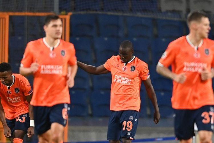 Penyerang Istanbul Basaksehir, Demba Ba, merayakan gol ke gawang Manchester United pada laga Grup H Liga Champions, Kamis (5/11/2020) di hari WIB.