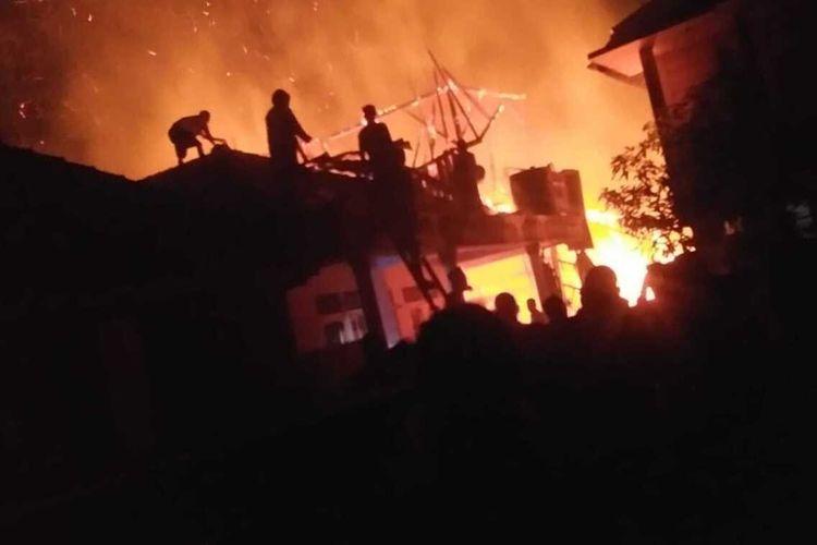 Sejumlah warga tengah berupaya memadamkan api yang membakar bangunan pesantren di Kabupaten Cianjur, Jawa Barat, Minggu (13/9/2020).