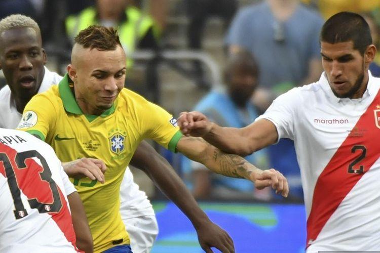 Everton diapit dua pemain lawan pada pertandingan Peru vs Brasil dalam lanjutan Copa America 2019 di Arena Corinthians, 22 Juni 2019.