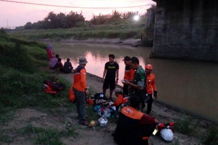 Tim SAR Bahurekso Kendal, saat berada di lokasi kejadian, Kali Bodri Patebon Kendal. KOMPAS.Com / dok.  BPBD Kendal.