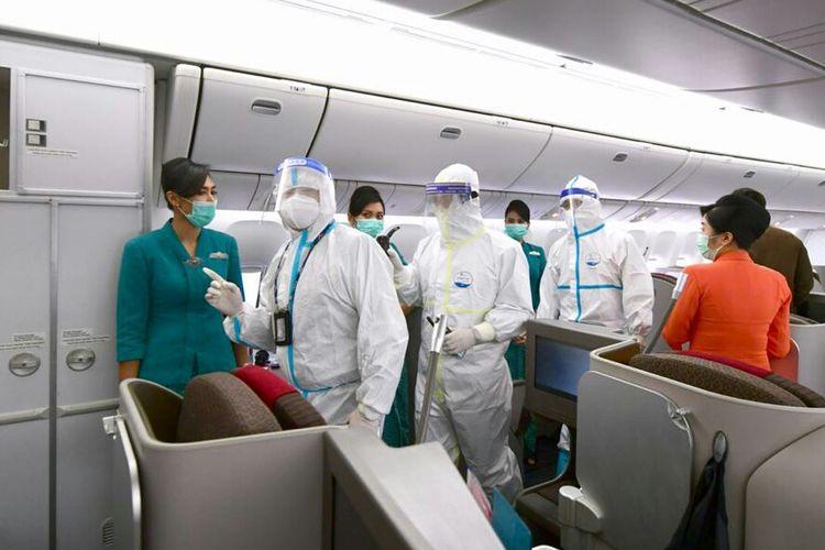 Tim pengangkut vaksin Covid-19 Sinovac mengecek kesiapan sebelum pemberangkatan ke Indonesia dari Beijing, Cina