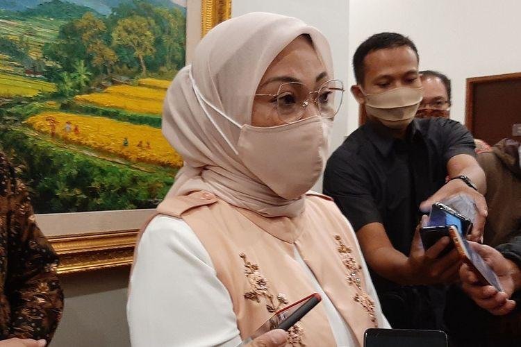Menteri Ida Fauziyah penandatanganan Perjanjian Kerja Bersama (PKB) penerimaan bantuan BLK Komunitas di Hotel Horison Nindya, Semarang, Minggu  (30/8/2020) malam.