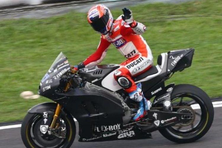 Pebalap penguji Ducati Team asal Australia, Casey Stoner, melambai saat melakukan tes di Sirkuit Sepang, Malaysia, Senin (30/1/2017).