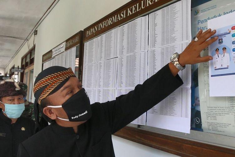 Wakil Wali Kota Tegal M. Jumadi mengecek daftar warga penerima bantuan yang dipasang di papan pengumuman Kelurahan Tegalsari, Kecamatan Tegal Barat, Kamis (14/5/2020) (Foto: Istimewa)