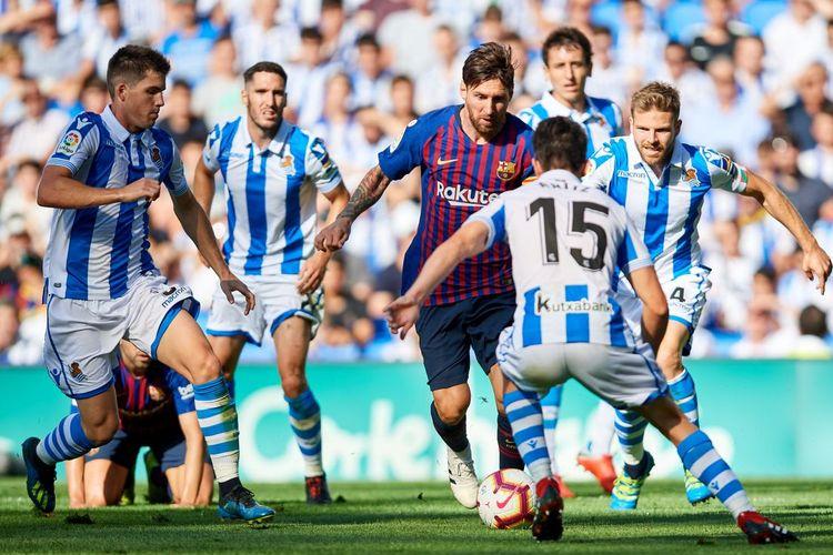 Kapten Barcelona, Lionel Messi, beraksi kontra Real Sociedad pada laga LaLiga Spanyol musim 2018-2019.