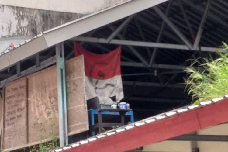 Bendera merah putih yang digambari logo palu dan arit di salah satu bangunan fakultas sosial dan politik Unhas Makassar, Sabtu (11/4/2020) lalu.