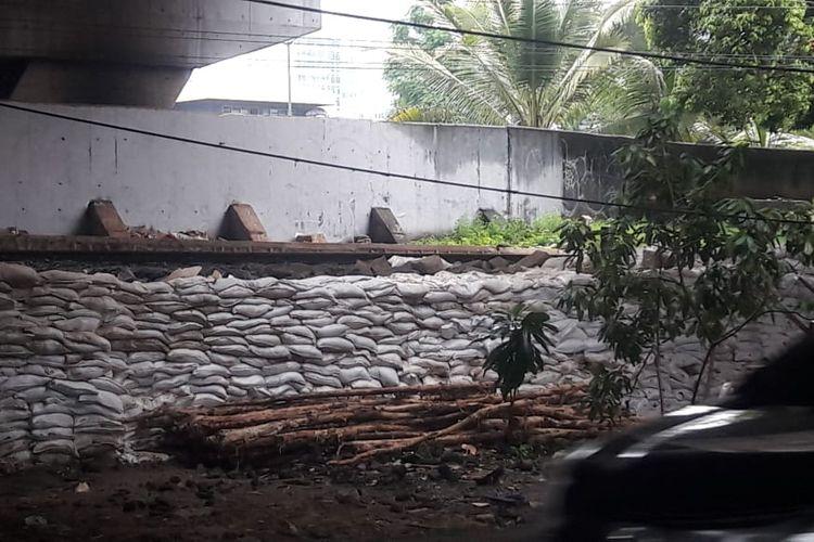 Kondisi tanggul Latuharyhary di Menteng, Jakarta Pusat, Jumat (10/1/2020).