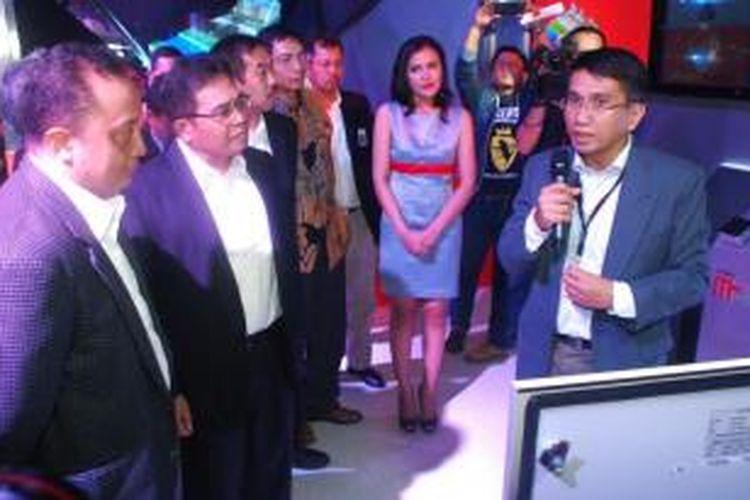Direktur Utama Telkomsel, Alex J Sinaga dan DirJen Penyelenggaraan Pos dan Informatika, Prof. Kalamullah Ramli saat mendengarkan pemaparan mengenai penerapan M2M dalam mendukung pengembangan smart city di Indonesia.