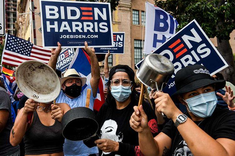 Warga merayakan kemenangan Joe Biden pada pemilihan presiden Amerika Serikat (AS) 2020 di Miami, AS, Sabtu (7/11/2020). Joe Biden dipastikan melenggang ke Gedung Putih dengan 290 suara elektoral yang diraihnya sejauh ini, mengakhiri kepemimpinan 4 tahun Donald Trump.
