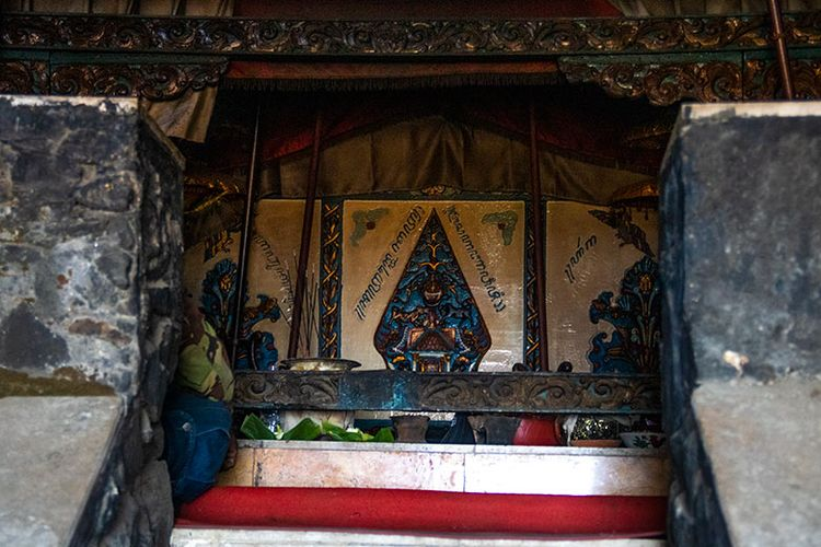 Hargo Dalem yang menjadi tujuan peziarah dan pelaku ritual di Gunung Lawu. Konon di sinilah tempat moksa-nya Raja Terakhir Majapahit, Prabu Brawijaya V. (1/9/2019)