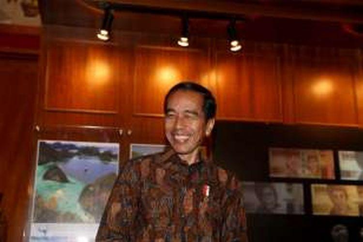 Presiden Joko Widodo saat memberikan keterangan pers di Gedung Bank Indonesia, Senin (19/12/2016). Bank Indonesia meluncurkan uang NKRI baru dengan menampilkan 12 pahlawan nasional, Adapun uang desain baru yang diluncurkan hari ini mencakup tujuh pecahan uang rupiah kertas dan empat pecahan uang rupiah logam.
