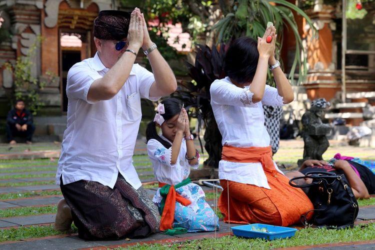 Sejumlah umat Hindu melakukan sembahyang saat Tapa Brata penyepian (Nyepi) di Pura Aditya Jaya di Rawamangun, Jakarta Timur, Selasa (28/3/2017). Umat Hindu Bali merayakan Hari Raya Nyepi Tahun Baru Saka 1939 dan selama pelaksanaan Hari Raya Nyepi seluruh aktivitas dihentikan selama sehari penuh.
