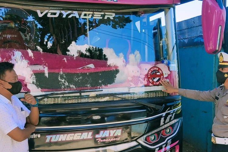 Ipda Hedi Permadi, Kanit Turjawali Polres Kuningan, bersama Didi Suhadi Pemilik PO Bus Tunggal Jaya, menjelaskan, kejadian aksi supir yang mengendarai secara oleng, di kantor PO Bus, Senin (2/8/2021)