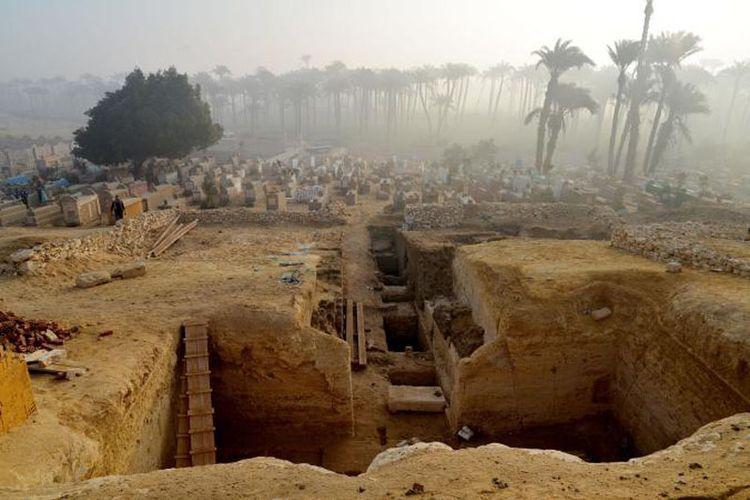 800 makam ditemukan di Mesir, di antara dua piramida. Diperkirakan pemakaman ini berasal dari zaman Kerajaan Pertengahan Mesir yang mana sangat maju seni dan budayanya saat itu.
