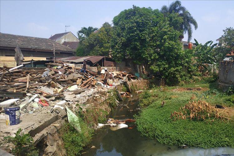 Penggusuran perumahan warga di Jalan Bougenville Raya RT 001 RW 011, Jakasampurna, Bekasi Barat yang terletak di sisi DAS Jatiluhur, Kamis (25/7/2019).