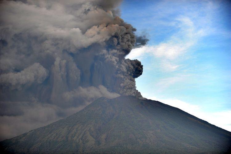 Erupsi Gunung Agung terlihat dari Kubu, Karangasem, Bali, 26 November 2017. Gunung Agung terus menyemburkan asap dan abu vulkanik dengan ketinggian yang terus meningkat, mencapai ketinggian 3.000 meter dari puncak. Letusan juga disertai dentuman yang terdengar sampai radius 12 kilometer.