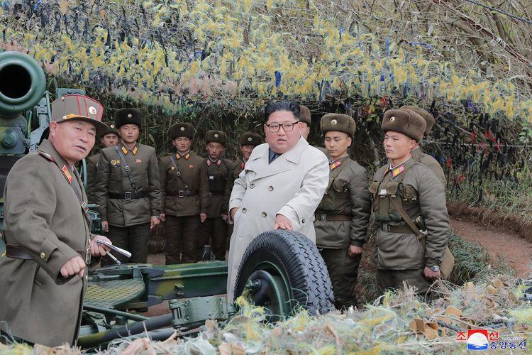 Pemimpin Korea Utara Kim Jong Un mengunjungi Pos Pertahanan Changrindo di front barat, dalam gambar tak bertanggal yang dirilis oleh KCNA pada 25 November 2019.