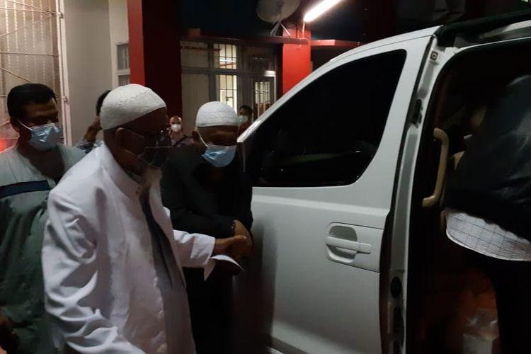Mantan terpidana kasus terorisme Abu Bakar Baasyir meninggalkan Lapas Khusus Kelas IIA Gunung Sindur, Jumat (8/1/2021).