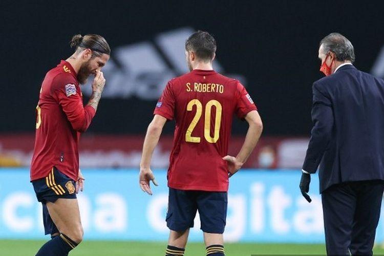 Kapten timnas Spanyol Sergio Ramos (kiri) berjalan meninggalkan lapangan usai menerima cedera pada laga matchday enam UEFA Nations League 2020-2021 kontra Jerman di Estadio Olimpico de Sevilla, Rabu (18/11/2020) dini hari WIB.