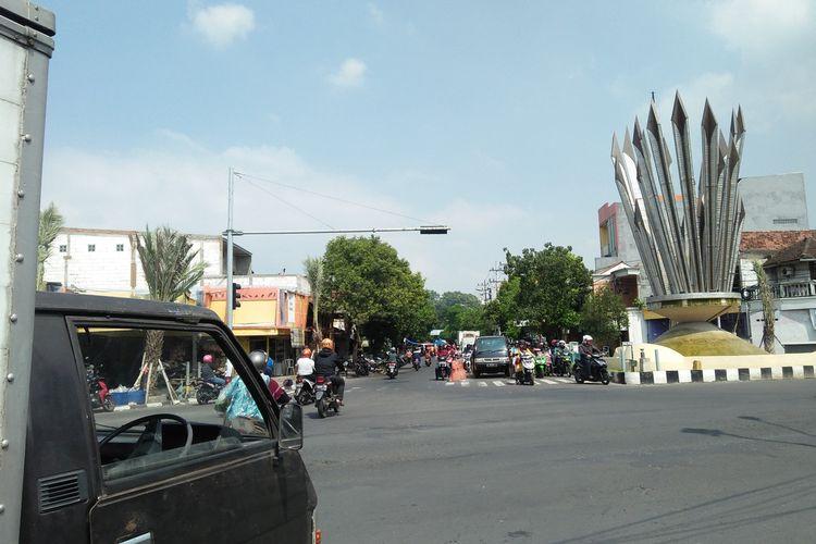 Pemandangan di perempatan Kebomas, pada hari pertama masa transisi di Gresik, Selasa (9/6/2020).