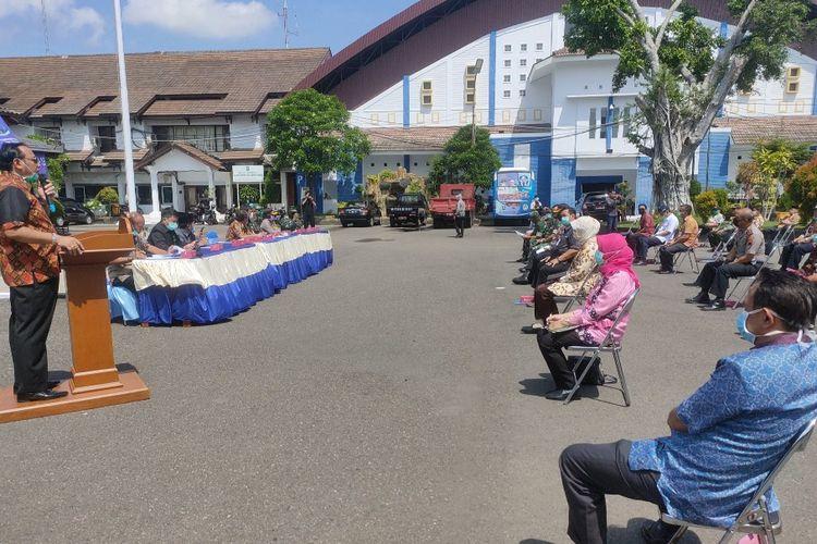 Wali Kota Dedy Yon Supriyono memberikan arahan kepada anggota Tim Gugus Tugas Percepatan Penanganan Covid-19 dengan mengumpulkannya di Halaman Balai Kota Tegal sambil berjemur untuk menjaga imunitas, Selasa (7/4/2020)