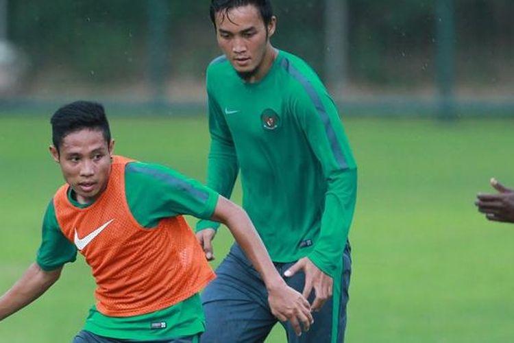 Evan Dimas (rompi oranye) menggiring bola pada sesi latihan tim nasional Indonesia di Lapangan Sekolah Pelita Harapan, 1 November 2016.