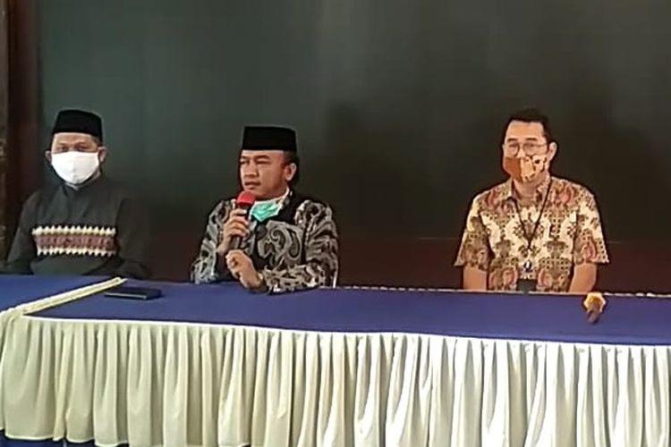 Wakil Wali Kota M. Jumadi beserta jajaran OJK Tegal menggelar konferensi pers terkait seorang karyawati bank swasta di Kota Tegal terkonfirmasi positif, di Balai Kota Tegal, Selasa (2/6/2020)