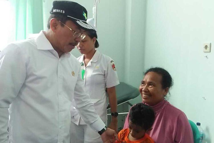 Foto : Menteri Kesehatan RI berbincang-bincang dengan para pasien di RSUD Tc. Hillers Maumere, Kabupaten Sikka, NTT (9/3/2020).
