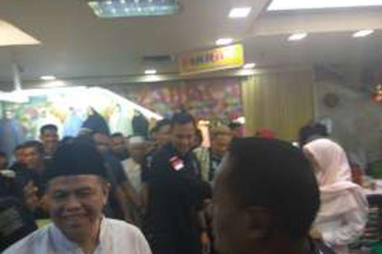 Calon gubernur DKI Jakarta Agus Harimurti Yudhoyono ke Blok A Tanah Abang, Kamis (1/12/2016) mendapat sambutan meriah dari pengunjung.