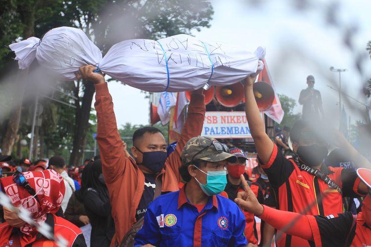 Massa aksi dari GEPBUK SS membawa pocong saat melakukan unjuk rasa penolakan UU Omnibus Law Cipta Kerja di depan pagar gedung DPRD Sumsel, Kamis (15/10/2020)
