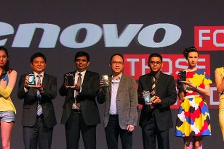 Eksekutif Lenovo dan Trikomsel berfoto dalam acara peluncuran smartphone Lenovo di Jakarta, Selasa (25/6/2013)