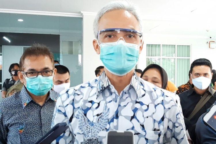 Gubernur Jawa Tengah Ganjar Pranowo saat ditemui usai usai pemberian santunan bagi ahli waris tenaga medis yang gugur di Poltekes Semarang, Sabtu (11/7/2020).