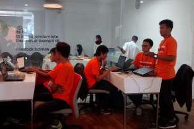 Para pengembang aplikasi lokal tengah mengikuti Hackathon di Digital Lounge Telkom Malang, Rabu (30/3/2016). Kegiatan ini digelar untuk mendorong tumbuhnya ekonomi kreatif.