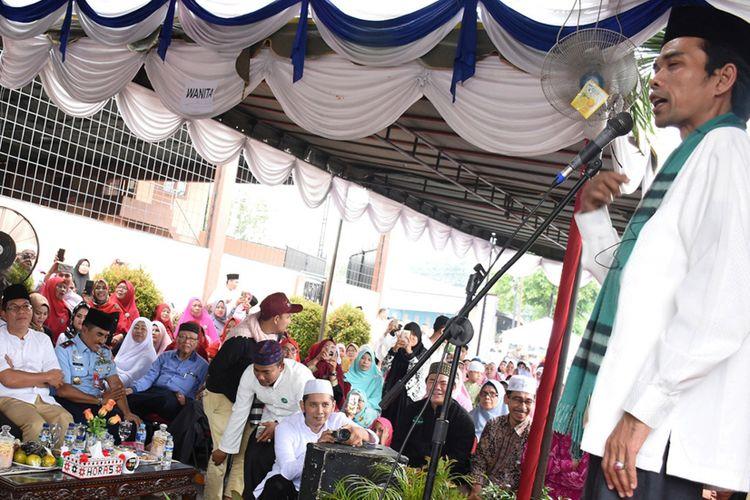 Ustaz kondang Abdul Somad hadir di acara tabligh akbar dan peresmian Rumah Thafidz Al Quran yang digelar Yayasan Islamic Center Garuda di Jalan Gelora Medan, Kamis (16/11/2017).
