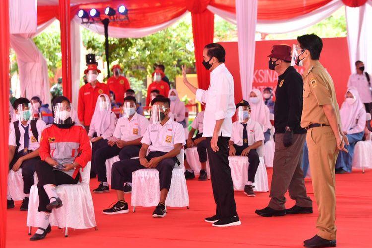 Jokowi Tinjau Ribuan Vaksinasi Pelajar di Madiun