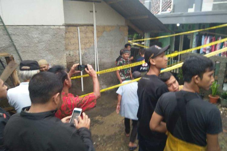 Satu keluarga dilaporkan tewas tertimpa tembok rumah di Jalan veteran lll Kampung Cibolang RT 01/01 Desa Banjarwangi, Kecamatan Ciawi, Kabupaten Bogor, Jawa Barat, Kamis (20/2/2020).