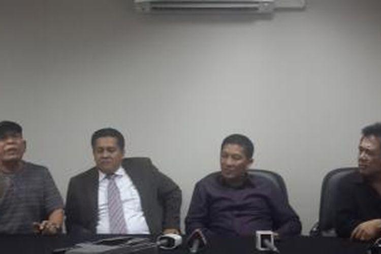 Ketua Umum Persija Jakarta, Ferry Paulus (kedua dari kanan) bersama Kuasa Hukum Persija, Gusti Randa, saat jumpa pers terkait gugatan yang dilayangkan Bambang Pamungkas dan Leo Saputra, di Kantor Persija, Selasa (3/12/2013).