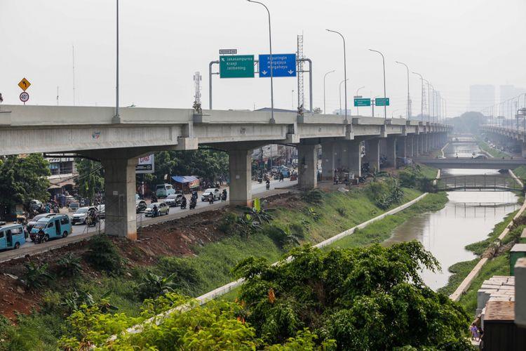 Suasana ruas jalan tol Bekasi-Cawang-Kampung Melayu (Becakayu),  yang diresmikan Presiden Joko Widodo di kawasan Jakasampurna, Bekasi, Jawa Barat, Jumat (3/11/2017). Presiden Joko Widodo meresmikan ruas jalan tol yakni Seksi 1B dan 1C sepanjang 8,26 kilometer yang terbentang dari Cipinang Melayu-Pangkalan Jati-Jakasampurna. KOMPAS.com/GARRY ANDREW LOTULUNG