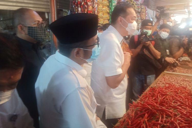 Mendag M Lutfi bersama anggota DPR RI Andre Rosiade dan Plt Wali Kota Padang Hendri Septa meninjau Psar Raya Padang, Selasa (6/4/2021)