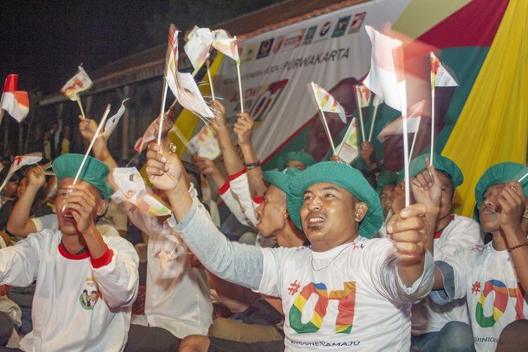 Sejumlah relawan Jokowi-Maruf Amin meneriakkan yel-yel saat nonton bareng Debat Pertama Capres dan Cawapres 2019 di Desa Cirangkong, Purwakarta, Jawa Barat, Kamis (17/01/2019). Debat tersebut mengangkat tema Hukum, HAM, Korupsi dan Terorisme. ANTARA FOTO/M Ibnu Chazar/foc.