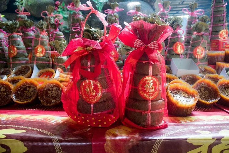 Kue keranjang tiga tingkat siap kirim, Sawangan, Depok, Selasa (14/1/2020).
