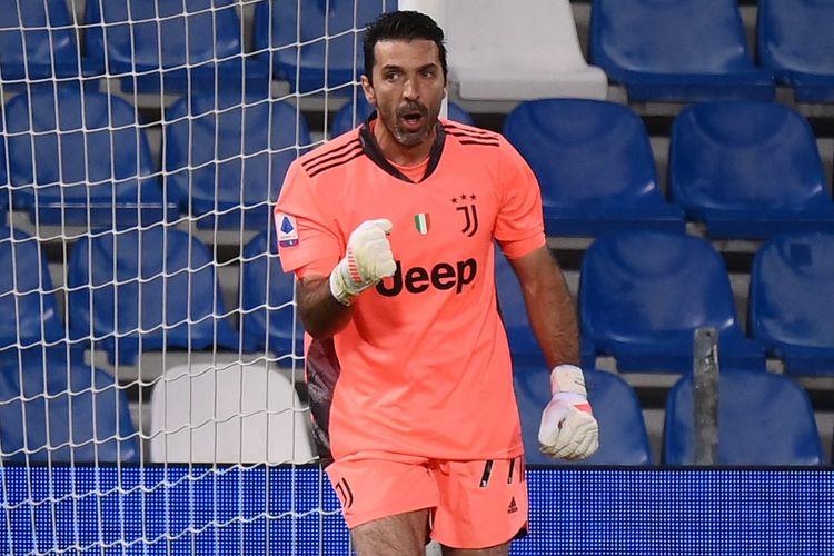 Ekspresi Gianluigi Buffon setelah menepis sepakan penalti dalam laga Sassuolo vs Juventus di Stadion Mapei, 12 Mei 2021.