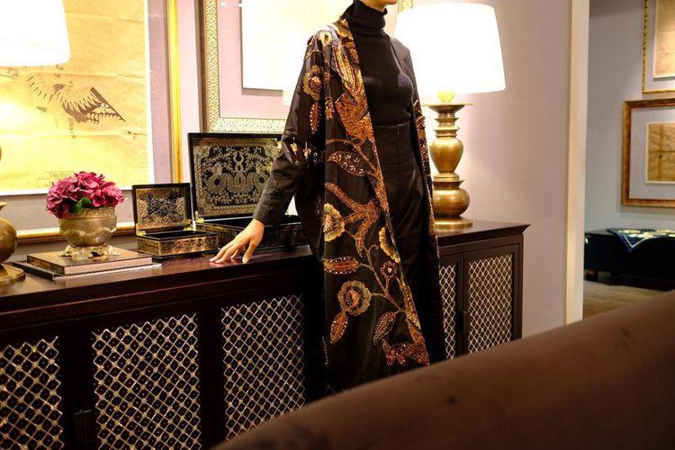 Coat yang menjadi salah satu koleksi kolaborasi batik Mel Ahyar x Iwan Tirta Private Collection.
